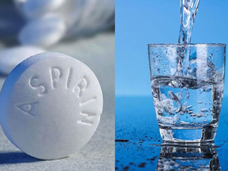 Dùng nước cất và thuốc Aspirin trị mụn